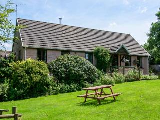 THE WHEEL, detached, single-storey, woodburner, en-suite, swimming pool on-site, near Cardigan, Ref 920388 - Cardigan vacation rentals