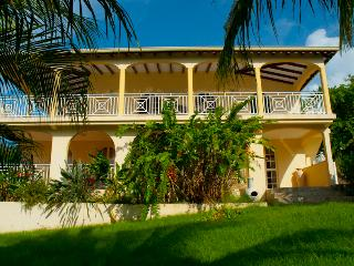 Stunning 5-bedroom villa in Guadeloupe with garden and sunny terrace – 250m from Fort Royal beach! - Petit-Bourg vacation rentals