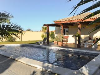 Immaculate villa for 6 in Chiclana de la Frontera, Cadiz, with air conditioning, WiFi and pool - Cadiz vacation rentals