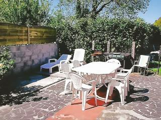 Cosy two-bedroom house in the Gironde with large, fenced garden, terrace and swings - Ares vacation rentals