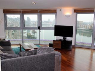 Large Luxury 2 Bedroom + Stunning Riverside Views - London vacation rentals