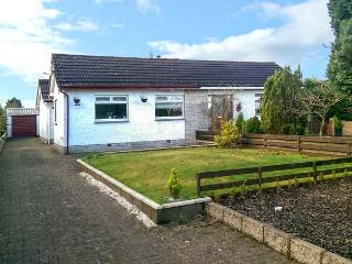 LILLYDALE, semi-detached bungalow, en-suite, woodburner, lawned garden, near Carnwath, Ref 919569 - Netherton vacation rentals
