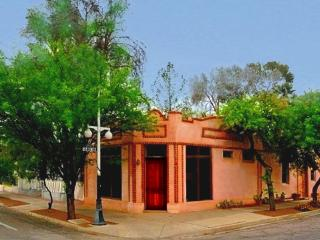 Perfect for UA Graduation family gatherings - Tucson vacation rentals