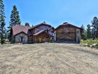 Ridgeway Chalet - Four Bedroom Custom Chalet all bedrooms with private baths! Sleeps 10, WIFI - Stanley vacation rentals