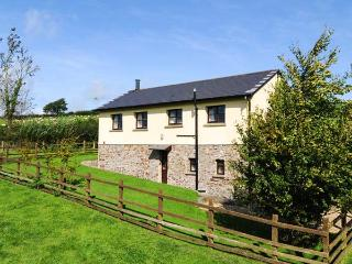 DREWSTONE ARCHES, barn conversion, woodburner, enclosed garden, parking, near South Molton, Ref 921693 - South Molton vacation rentals