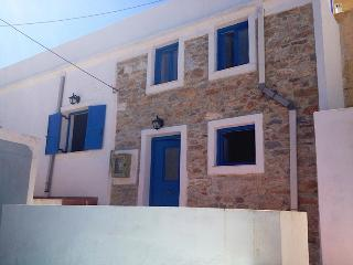 Charming 1 bedroom House in Ano Syros with Deck - Ano Syros vacation rentals