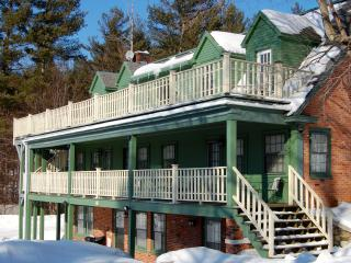 Strawberry Villa 6.5 bedrooms, 6.5 bath sleeps 20! - Manchester vacation rentals