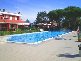Accogliente villetta in Residence con piscina, BBQ - Lido delle Nazioni vacation rentals
