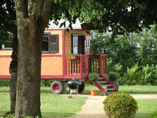 Romantic Caravan/mobile home with Outdoor Dining Area and Television - Chavagnes vacation rentals