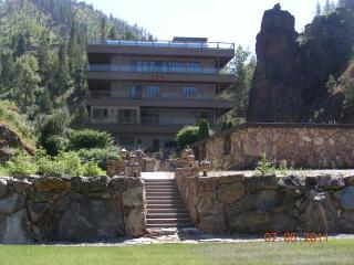 Beautiful 9 bedroom Hamilton Lodge with Deck - Hamilton vacation rentals