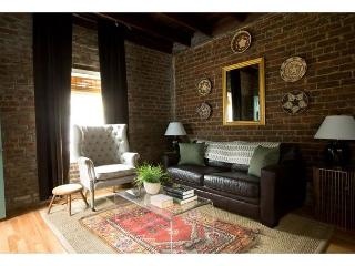 Beautiful carriage house, recently renovated with modern décor - Savannah vacation rentals