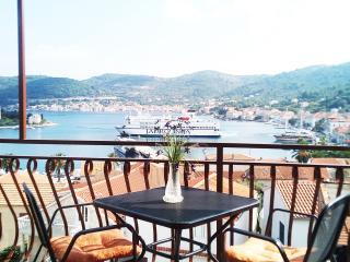 Apartment VITT II Vis - Vis vacation rentals