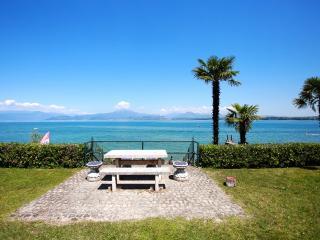 Appartamento con giardino ...sul lago di Garda ! - San Benedetto di Lugana vacation rentals