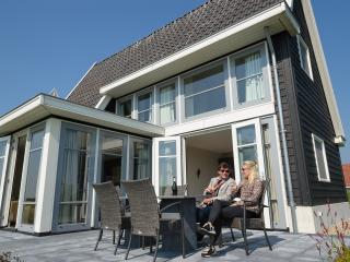 Cozy 3 bedroom Giethoorn Villa with Internet Access - Giethoorn vacation rentals