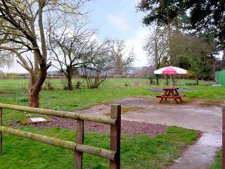 THE COACH HOUSE, pet friendly, country holiday cottage, use of garden in Kinnersley, Ref 919787 - Kinnersley vacation rentals