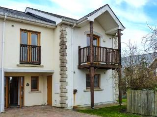 19 THE HARBOUR, waterside marina cottage, balcony, close to amenities, in Tarmonbarry, Ref 920286 - Roscommon vacation rentals