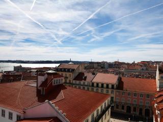 Castelo Cosy Apartment - Lisbon vacation rentals