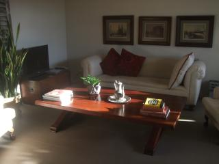 Bright 2 bedroom Brisbane Townhouse with Deck - Brisbane vacation rentals