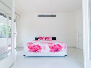 Reines 1 - Luxury 3 Bedroom & Balcony - Tel Aviv vacation rentals