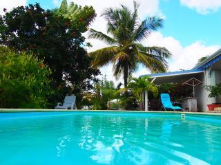 """L'oiseau bleu bungalow """"Bois jolan"""" - Sainte Anne vacation rentals"""