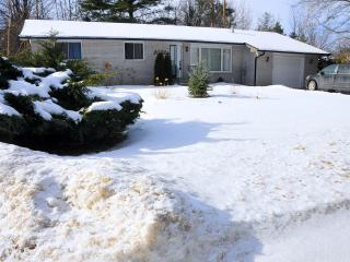 Cottage on Lake Simcoe with hot tub and sauna - Innisfil vacation rentals
