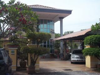 BANGLO HOMESTAY-- BESIDE AMPANG TOLL - Perak vacation rentals