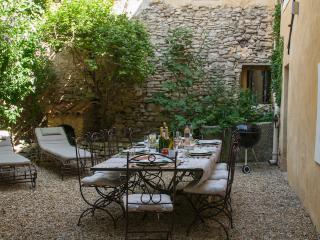 Stunning and Elegant L'Isle sur Sorgue 3 Bedroom Townhouse - L'Isle-sur-la-Sorgue vacation rentals