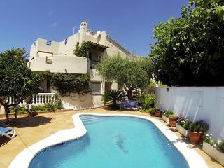 House with pool, barbecue and garden 400 meters fr - Cunit vacation rentals