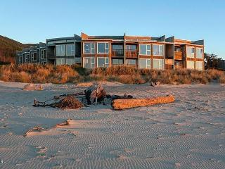 Gorgeous 2 bedroom Rockaway Beach Condo with Deck - Rockaway Beach vacation rentals