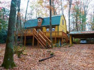 Beautiful 2 bed vacation rental in Highlands, NC. with an open deck and outdoor dining area - Highlands vacation rentals
