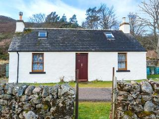 WILKYS stone cottage in rural location, pet-friendly, open fire in Helmsdale Ref 920972 - Helmsdale vacation rentals
