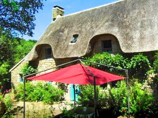 Elegant thatched cottage in Morbihan, Brittany, w/ 3 bedrooms & lush garden - near Carnac Megaliths - Locoal-Mendon vacation rentals