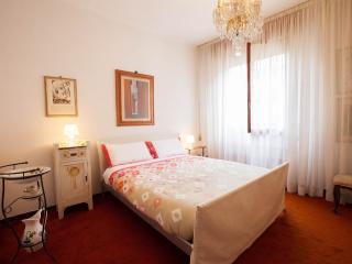 Lungarno Luxury App. close to the Florence Center - Florence vacation rentals