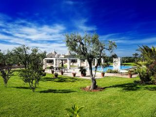 Trulli in a wonderful garden with swimming pool - Locorotondo vacation rentals