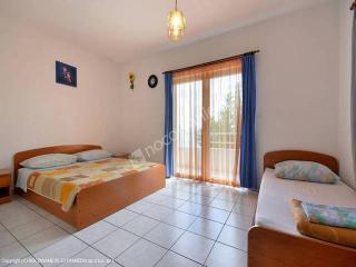 Nice 1 bedroom Dugi Rat Apartment with Internet Access - Dugi Rat vacation rentals