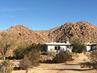 Beautiful Studio Overlooking Boulders in Joshua Tr - Joshua Tree vacation rentals