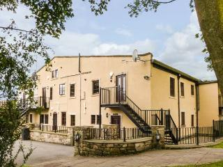 THE HEIGHTS, pet-friendly, off road parking, communal gardens, in Haworth, Ref 16729 - Haworth vacation rentals