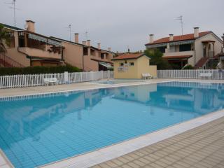 Cristina bilocale in villaggio con piscina - Caorle vacation rentals