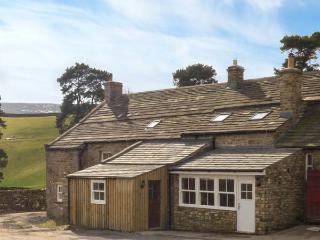 SHEPHERD'S LODGE, stone farmhouse, biomass underfloor heating, multi-fuel stove, super king-size beds, WiFi, near Reeth, Ref 277 - North Yorkshire vacation rentals