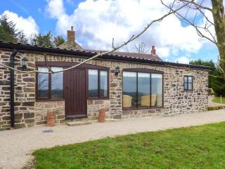 GREENHILLS FARM, barn conversion, ground floor, parking, patio, in Ipstones, Ref 920932 - Ipstones vacation rentals