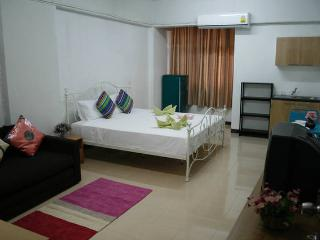 Bangkok Hip studio, 5 mins walk to BTS Udomsuk - Bangkok vacation rentals