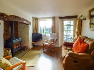 HILLSIDE COTTAGE, woodburner, pet-friendly, private garden, in Spaxton, Ref 21976 - Spaxton vacation rentals