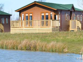 BLENHEIM LODGE, detached, en-suite, fishing lake, luxury accommodation, near - Yatton vacation rentals