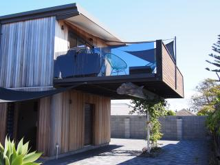Bright 3 bedroom House in Mount Maunganui with Deck - Mount Maunganui vacation rentals
