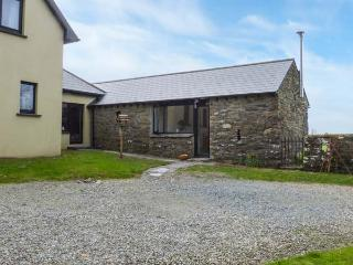 SYCAMORE GROVE, romantic, woodburning stove, gardens, pet-friendly, WiFi, near Leap, Ref 921469 - Drinagh vacation rentals