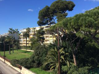 Romantic 1 bedroom Cannes Apartment with Dishwasher - Cannes vacation rentals