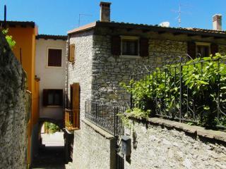 Cozy 2 bedroom Magugnano Apartment with Internet Access - Magugnano vacation rentals