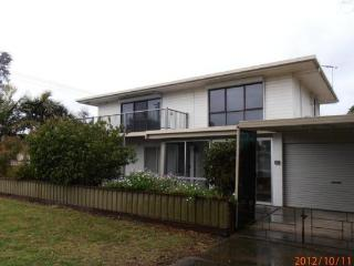 Bright 3 bedroom House in Lakes Entrance - Lakes Entrance vacation rentals