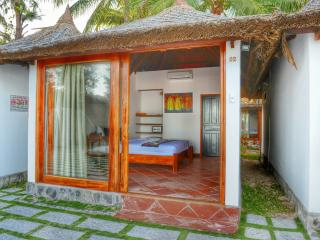 Cozy Bungalow in Mui Ne with A/C, sleeps 2 - Mui Ne vacation rentals