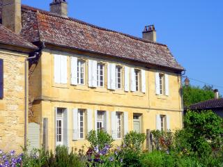 Beautiful House with Waterfront and DVD Player - Saint-Capraise-de-Lalinde vacation rentals
